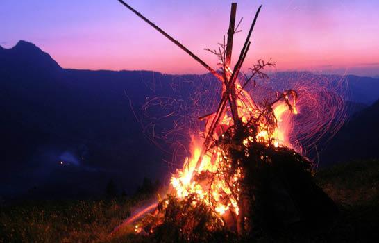 Sommersonnenwende - Berge in Flammen