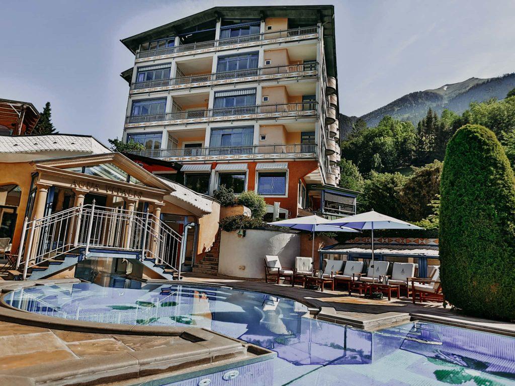 Outdoorpool mit Liegen Hotel Sendlhofer's Bad Hofgastein
