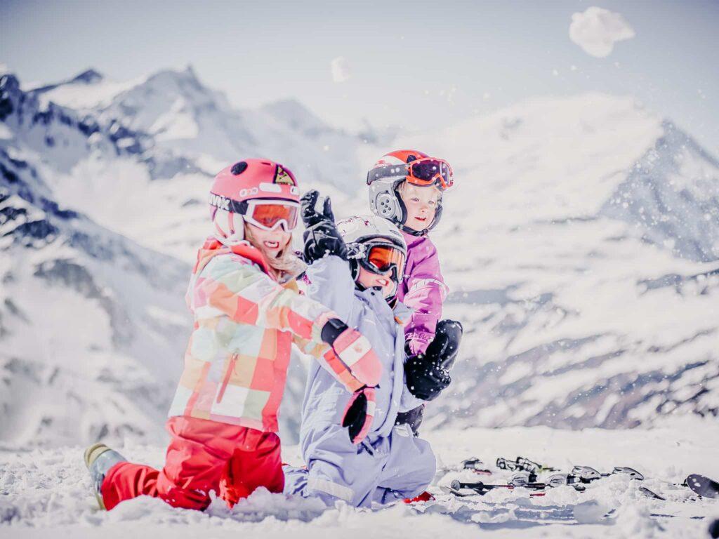 Schneeballschlacht Kinder Winterurlaub Gastein