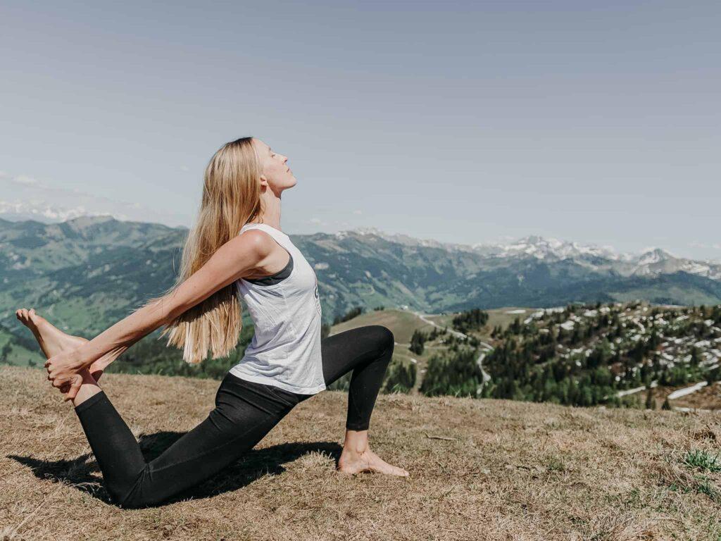 Yoga mit Blick auf die Gasteiner Berge