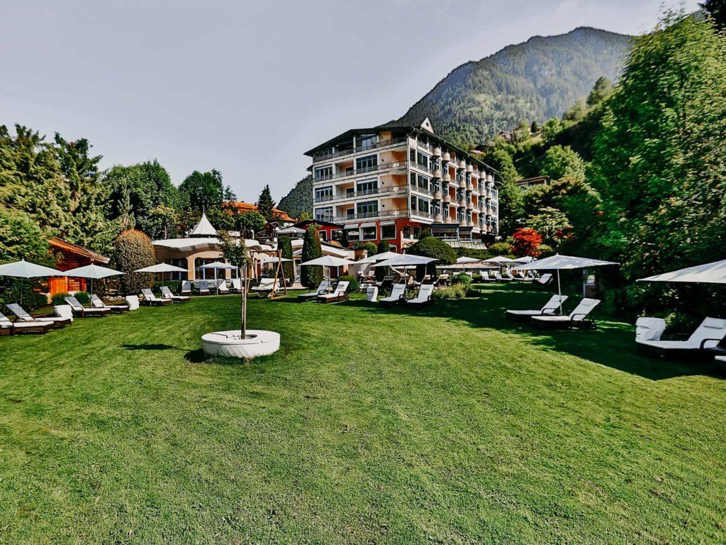 Garten mit Liegen Hotel Sendlhofer's Bad Hofgastein