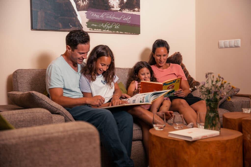Sendlhofers Bad Hofgastein Familie beim Bücher lesen im Apartment
