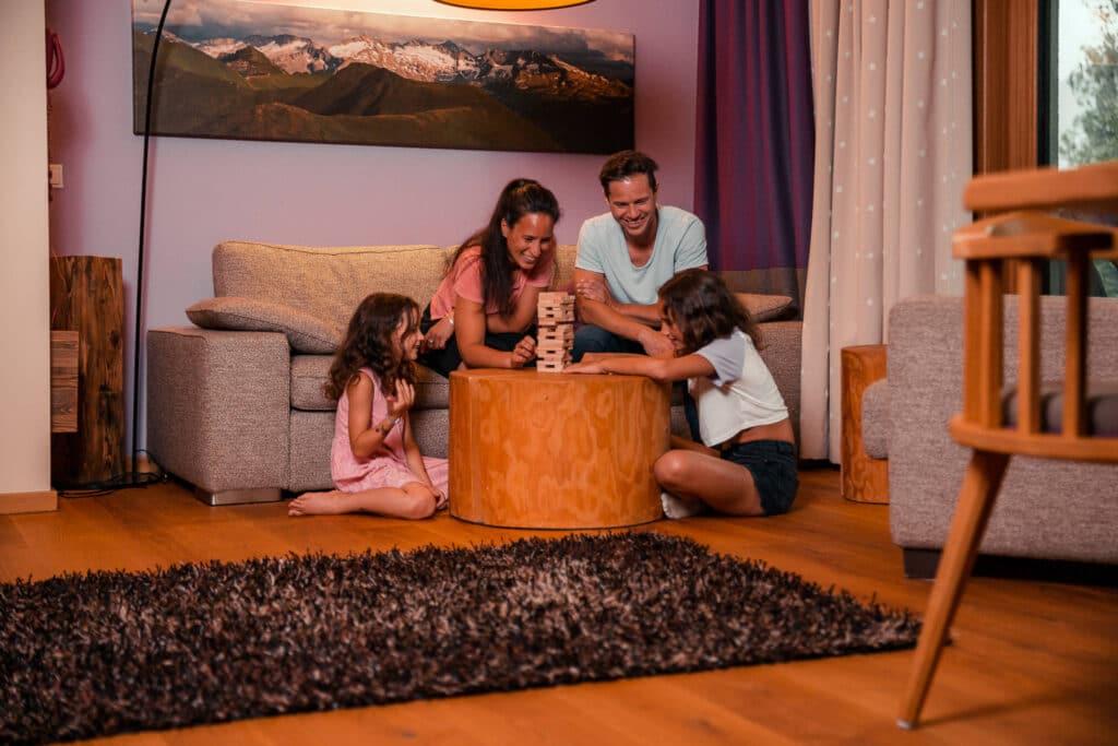 Sendlhofers Bad Hofgastein Familie beim Spielen im Apartment