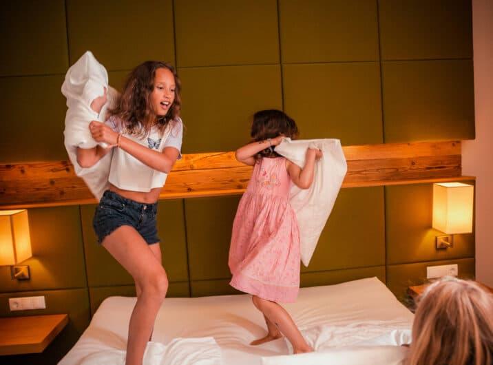 Sendlhofers Bad Hofgastein Kissenschlacht Kinder im Apartment
