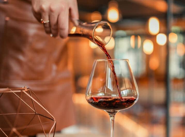 Sendlhofers Bad Hofgastein Freiraum Aufschenken von Wein