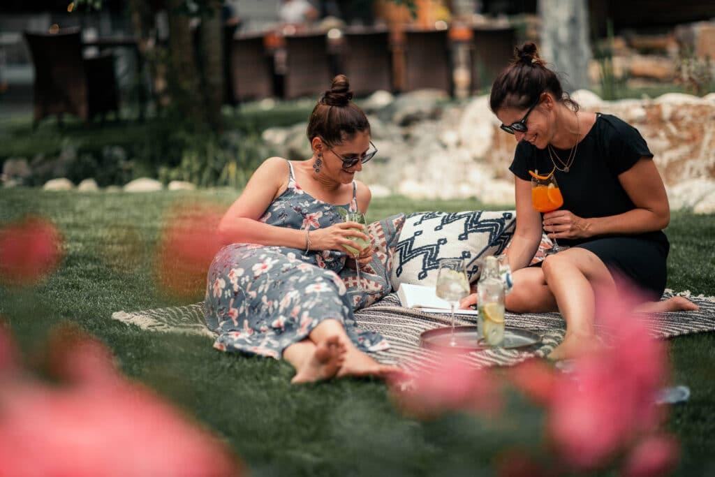 Sendlhofers Bad Hofgastein Frauen beim Aperitif trinken im Gastgarten
