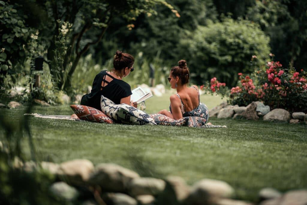 Sendlhofers Bad Hofgastein Frauen beim Lesen im Gastgarten