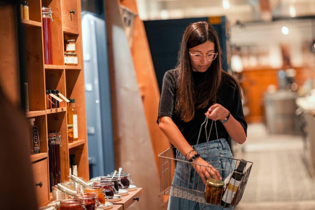 Sendlhofers Bad Hofgastein Frau beim Einkauf in der Genusswerkstatt
