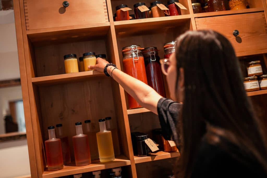 Sendlhofers Bad Hofgastein Frau beim Marmeladeneinkauf in der Genusswerkstatt