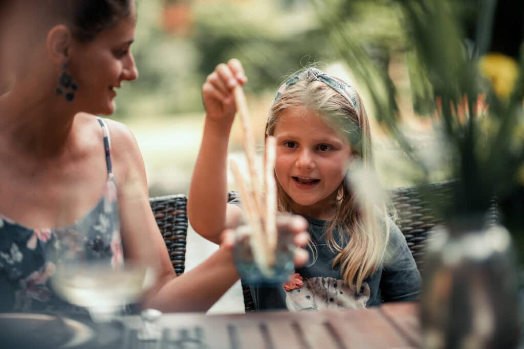 Sendlhofers Bad Hofgastein Mädchen im Gastgarten beim Snack essen