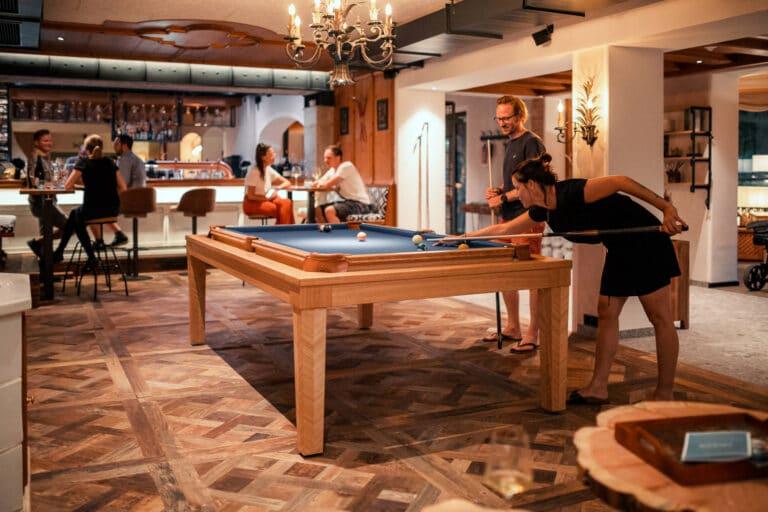 sendlhofers-bad-hofgastein-lukes-wohnzimmer_billiardspiel