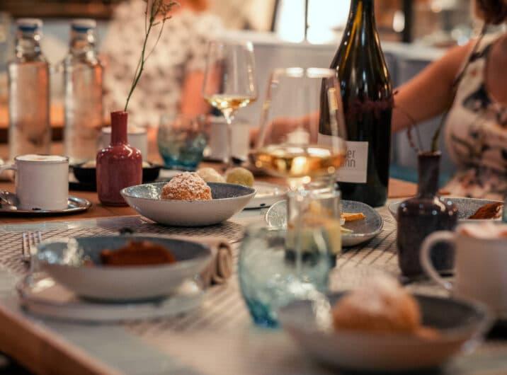 Sendlhofers Bad Hofgastein Essenstisch mit Wein und Süßspeisen