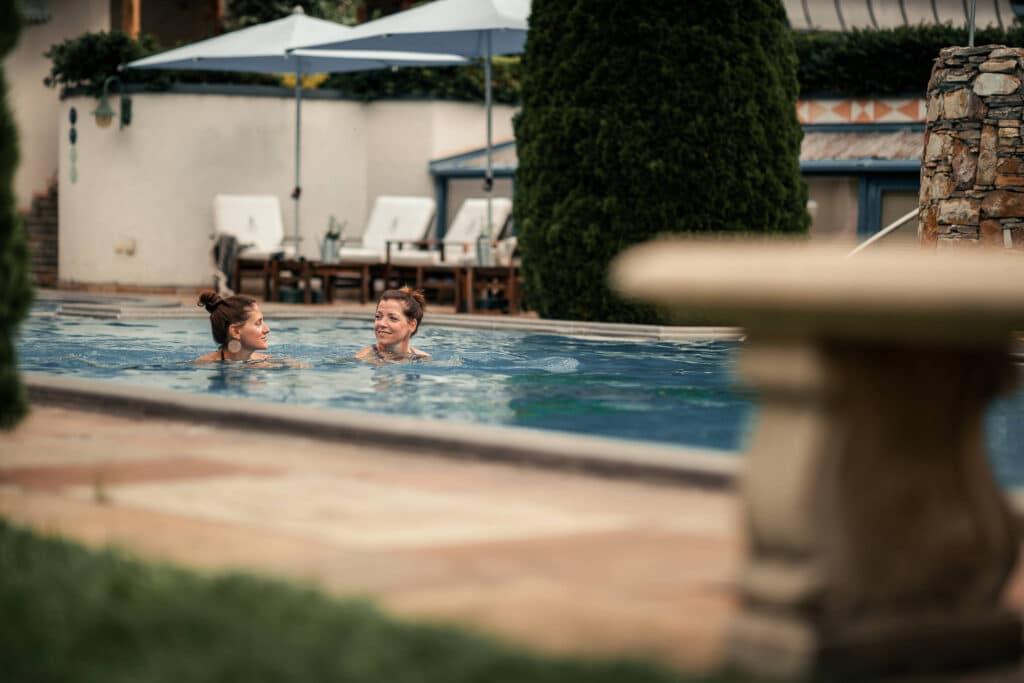 Sendlhofers Bad Hofgastein Frauen beim Schwimmen im Outdoorpool
