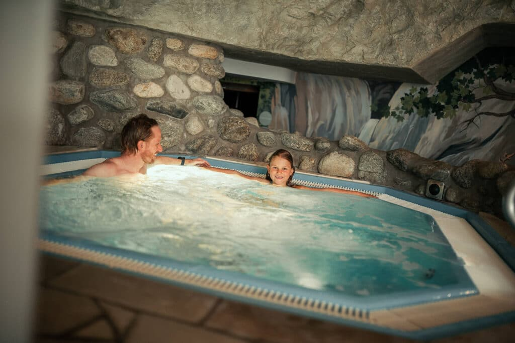 Sendlhofers Bad Hofgastein Kind mit Vater im Whirlpool