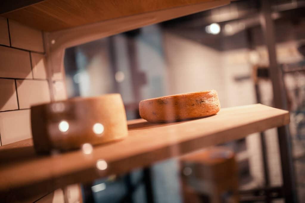 Sendlhofers Bad Hofgastein Reifekammer mit Käse