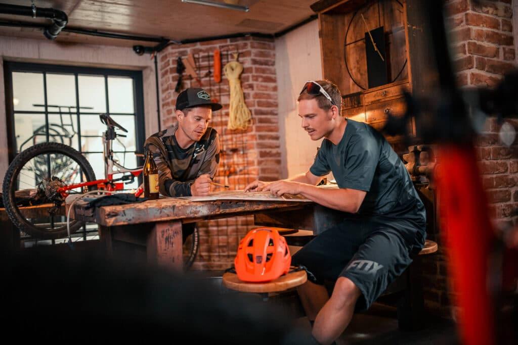 Sendlhofers Bad Hofgastein Männer in der Ski & Bike Werkstatt beim Planen