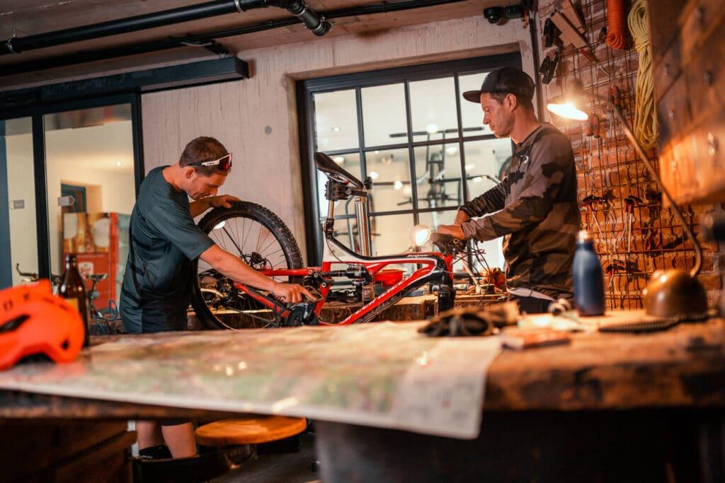 Sendlhofers Bad Hofgastein Männer beim Fahrrad reparieren in der Ski & Bike Werkstatt