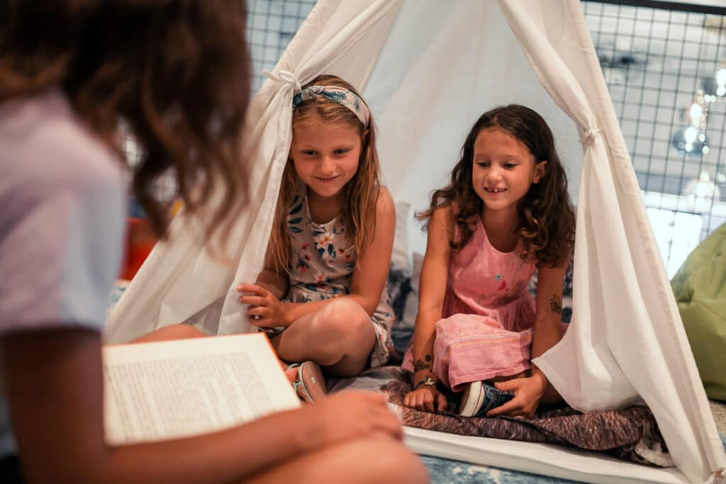 Sendlhofers Bad Hofgastein Kinder im Zelt im Spielezimmer