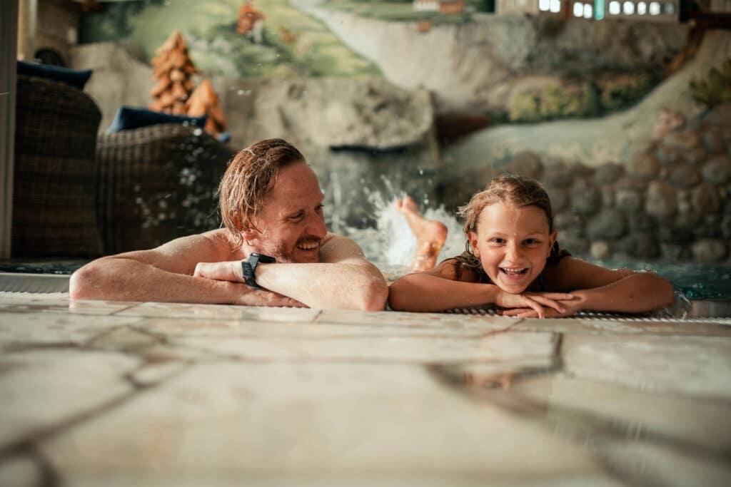 Sendlhofers Bad Hofgastein Indoorpool Kind mit Vater